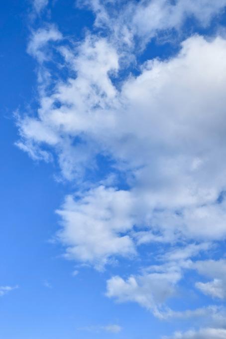 青空に千切れながら広がる雲