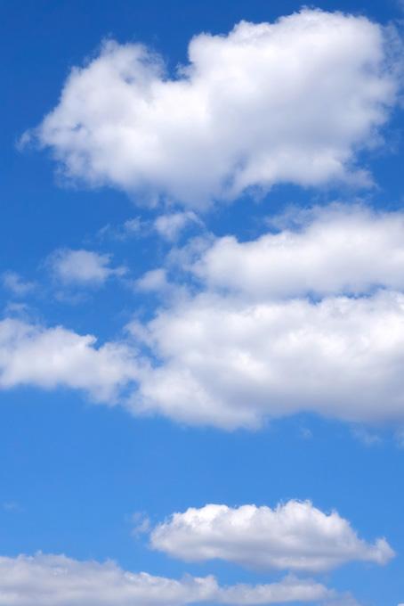 大きな綿雲が浮かぶ青空