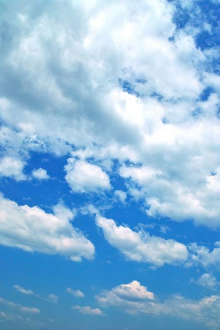 壮観な青空に幾つも雲が浮かぶ