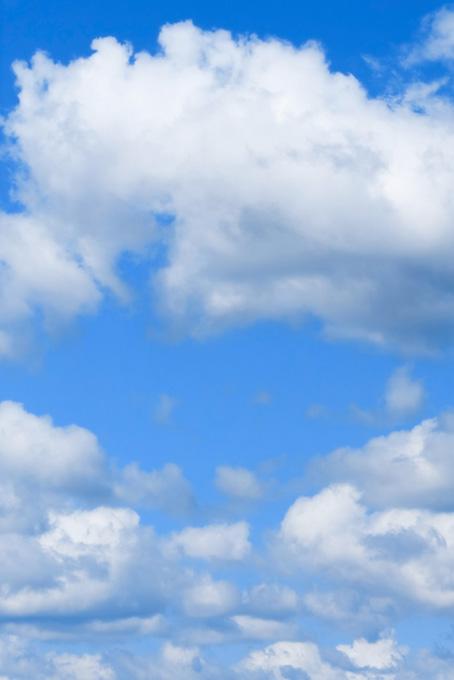 雲にぽかんと空いた青空の穴