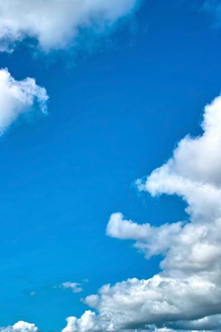 雲の間を突き抜ける青空