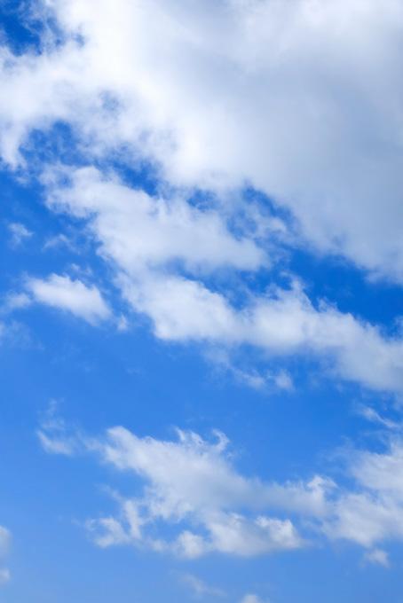 青空に伸びる毛玉のような雲