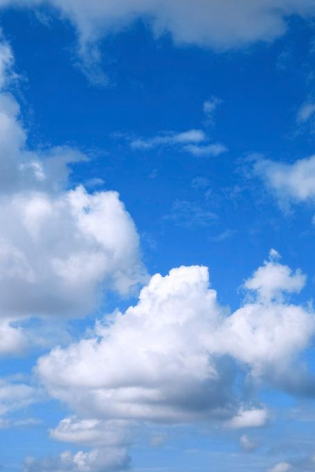 青空に居座る堂々とした雲