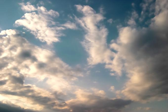 雄大な雲が輝く夕焼けの始まりの写真