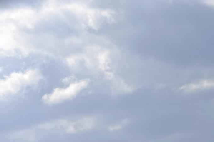 薄曇りの空に輝く雲