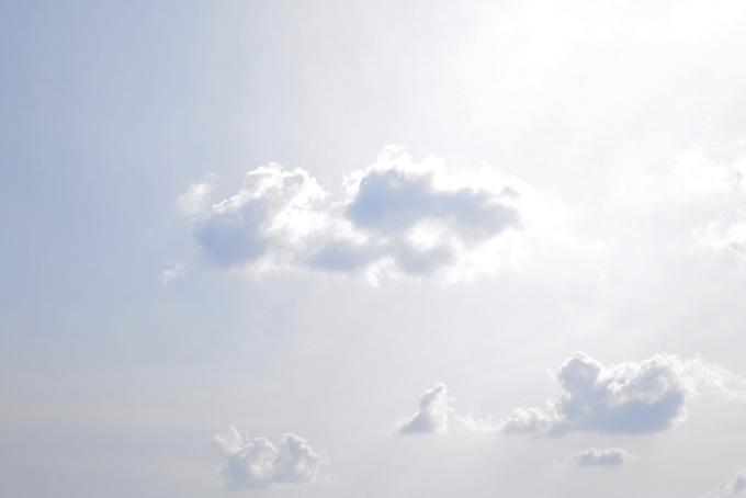 天からの光が雲を輝かせる