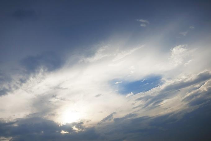 雲のベールに透ける太陽と青空