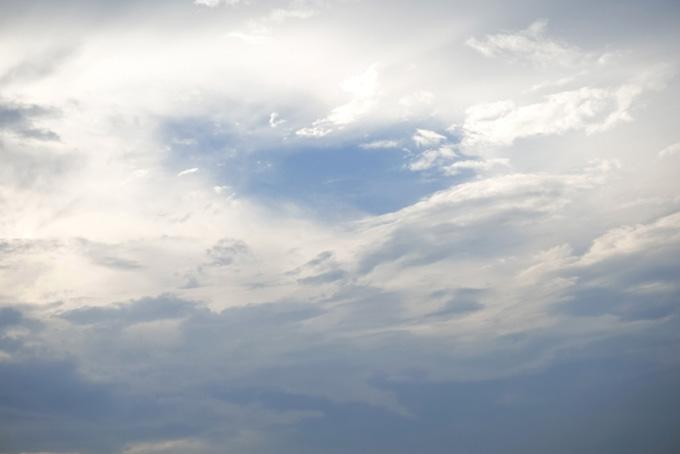 光を浴びて輝く雲から覗く青空