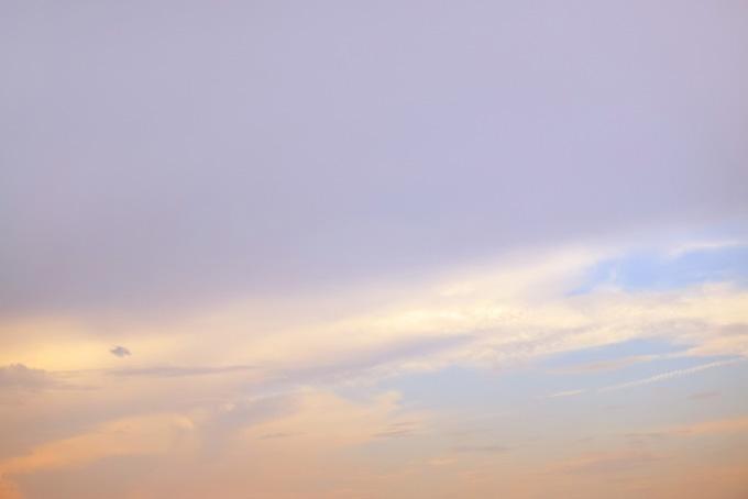 薄く雲を染める閑やかな夕焼けの写真