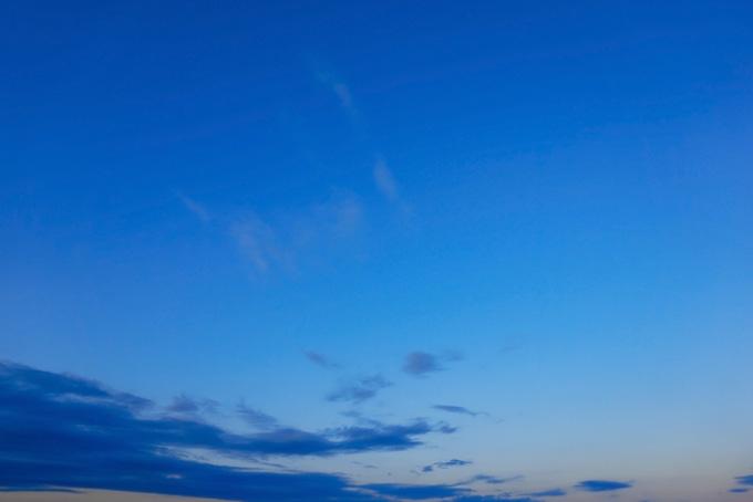 早朝の澄み切った青い空