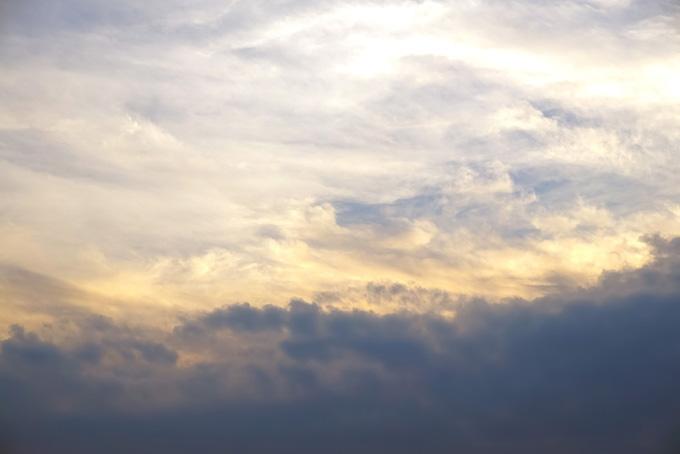 雲上に金色の龍が舞うような空