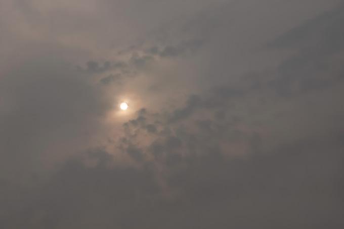 太陽の光が滲む灰色の空