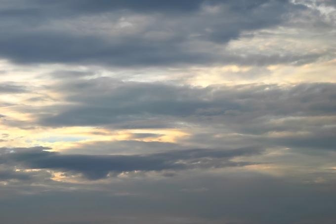 灰色の雲がかかる朝焼の空