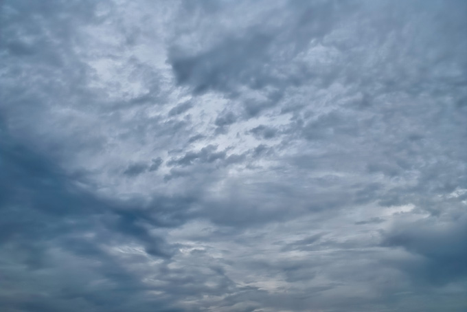 灰色の雲が空一面を覆う