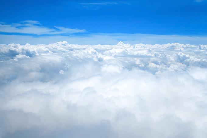 雲上の吸い込まれるような青空