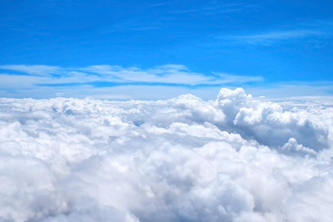上空の青空と漠漠たる白い雲
