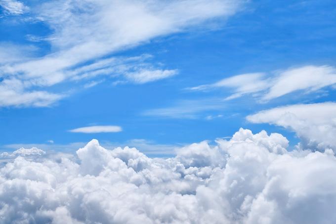 層積雲が湧き上る上空の青空
