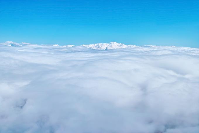 上空の見渡す限りの雲と青空