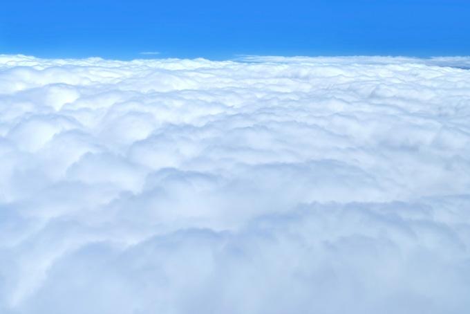 雲の上の透き通った青空