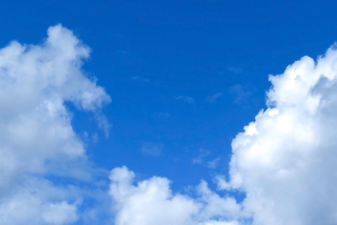 爽快な瑠璃色の青空