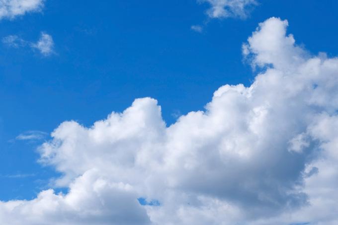 青空に浮標する大きな積雲