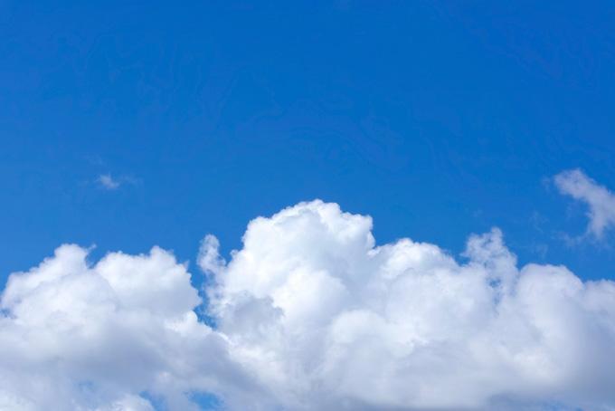 白い雲が横たわる紺色の青空