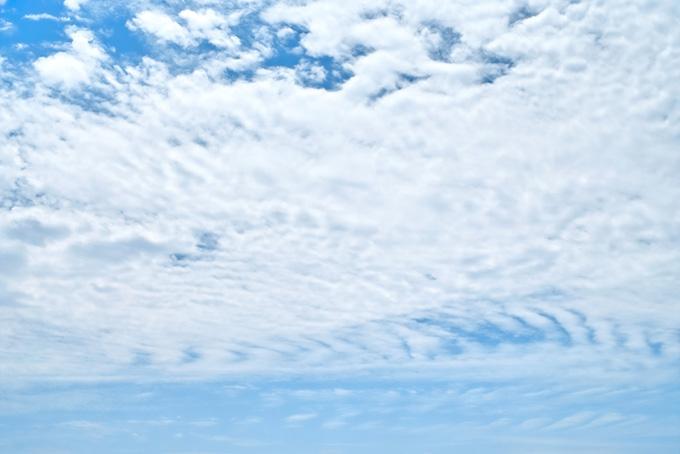 青空を遮る波打つ白雲の壁