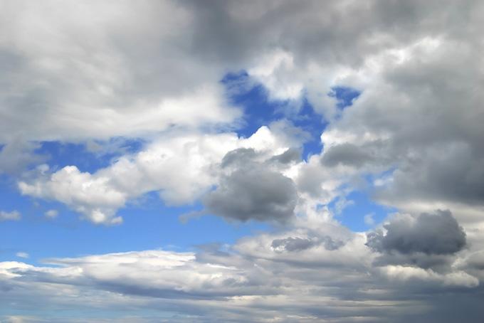 黒みを帯びた群雲が浮かぶ青空