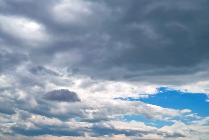 暗雲が流れ込む青空
