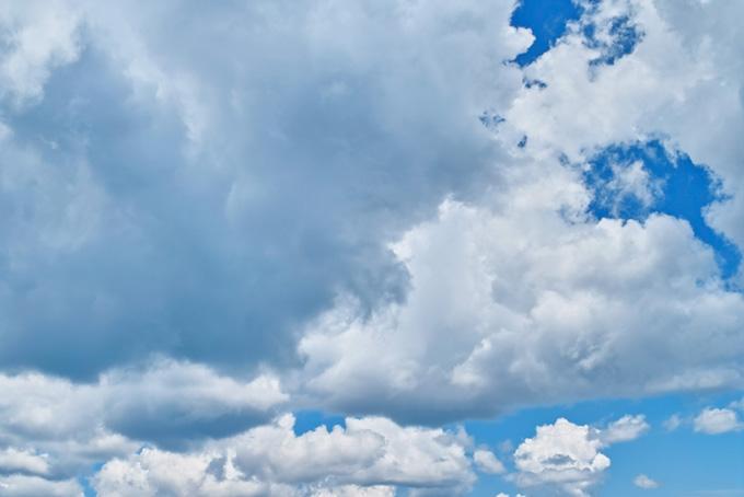 青空に群れをなして移動する雲
