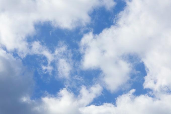 雲の間から見える清爽な青空