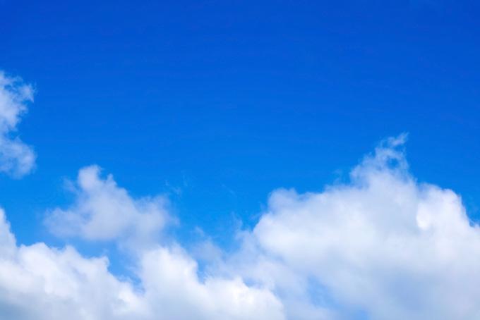 透明感のある青空を流れる雲の背景