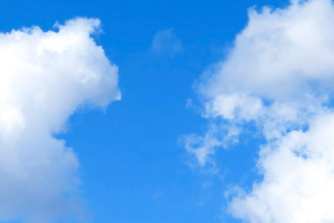 雲が浮かぶ爽やかな青空の背景