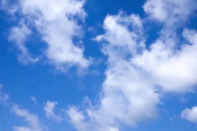 青空に千切れて広がる雲