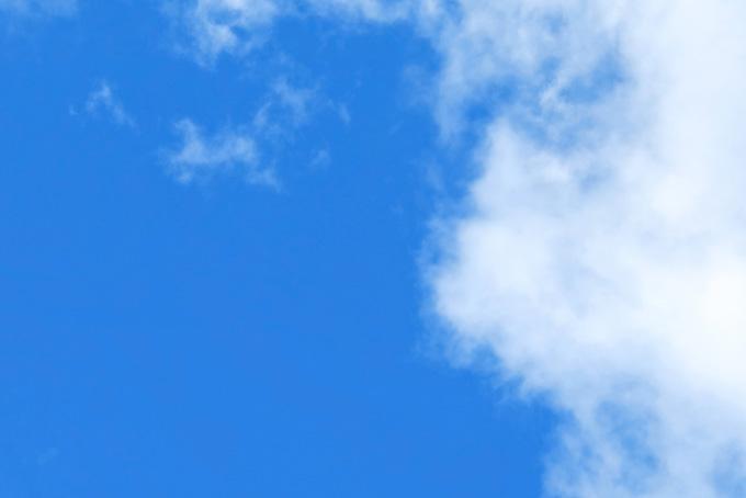 青空に染み入る白い雲の背景