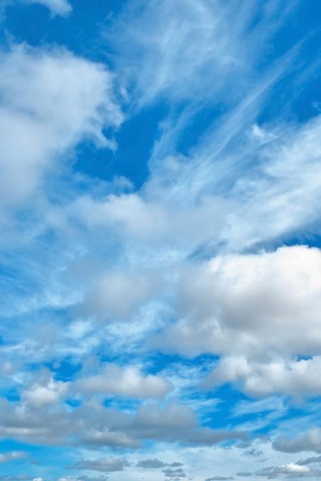 秋の澄み切った青空と数々の雲