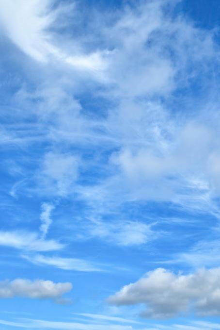 青空を掻き回す白い巻雲