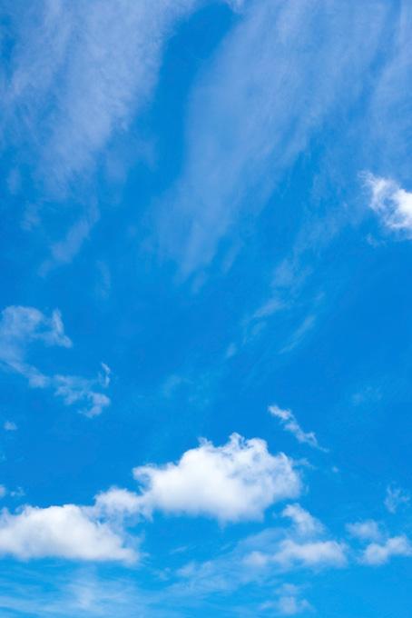 綿雲と流れ落ちる様な雲がある青空