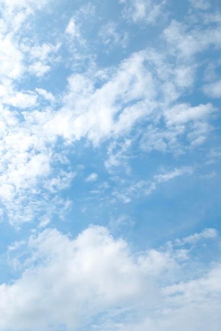 断片雲が浮かぶ薄い青空