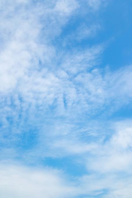 青空に溶けて滲む白い雲