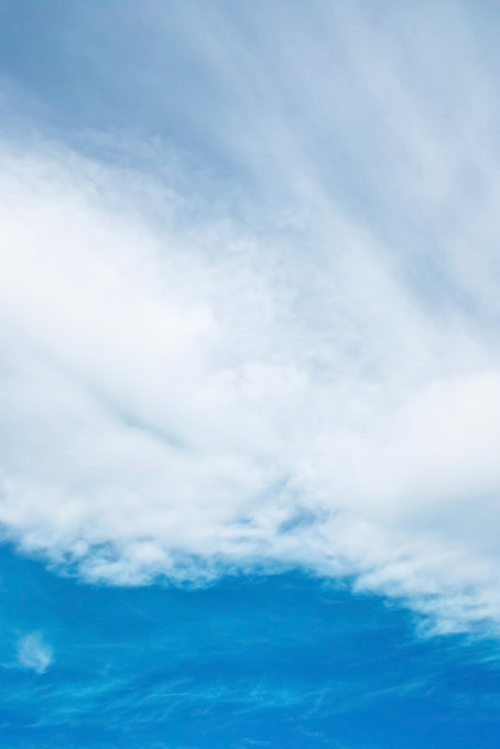青空を遮る白い雲のカーテン