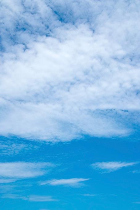 青空の上に被さる白い斑雲
