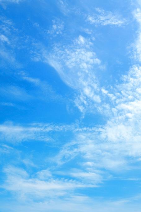 うろこ雲が高く登る青空