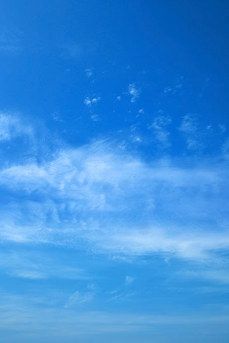 青空に筆で塗ったような雲