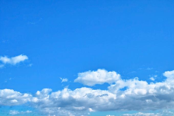 綺麗な青空に伸す層積雲