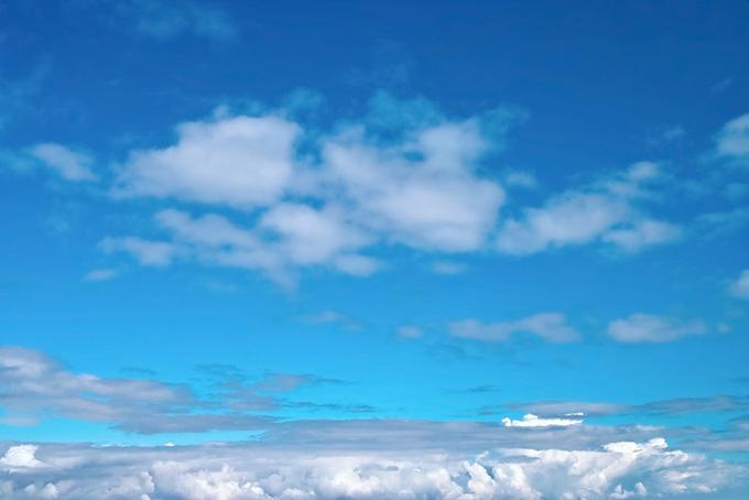 清らかな青空と横に伸びる雲