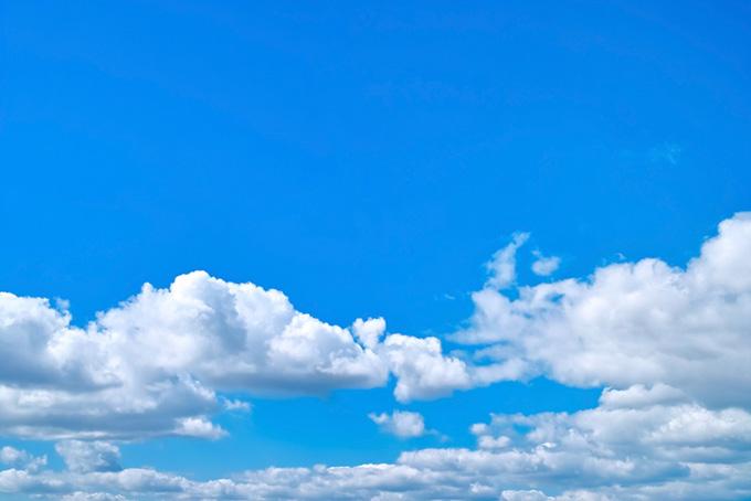 並積雲の上に広がる青空(青空のフリー写真)