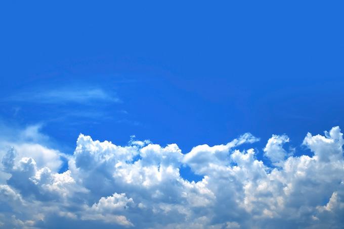 青空と波のように押し寄せる積乱雲(青空のフリー写真)