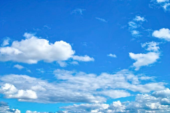 蒼茫たる青空を浮標する雲