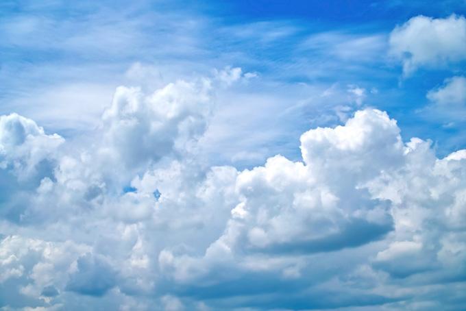 青空に溢れ出る白い雲